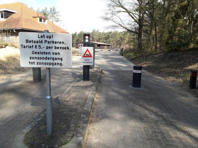Toegang tot de parkeerplaats van Radio Kootwijk.