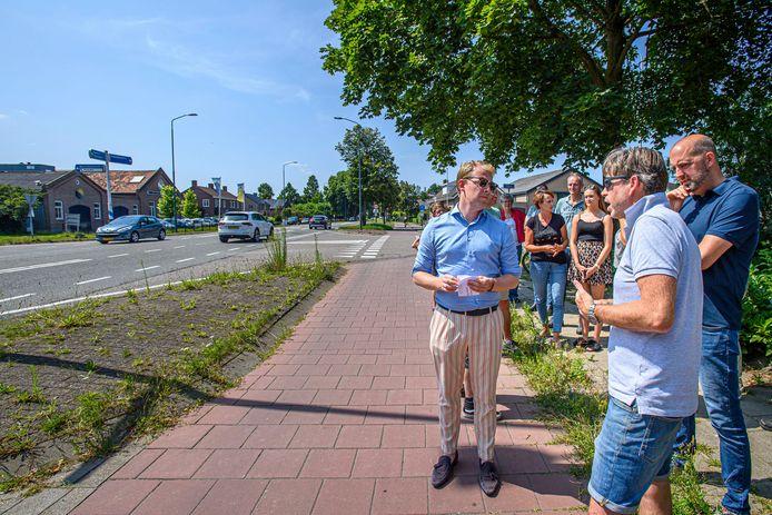 Jelle van Nuland (VVD, links) in gesprek met omwonenden van de N640, rechts omwonende Philip Broekhuizen.