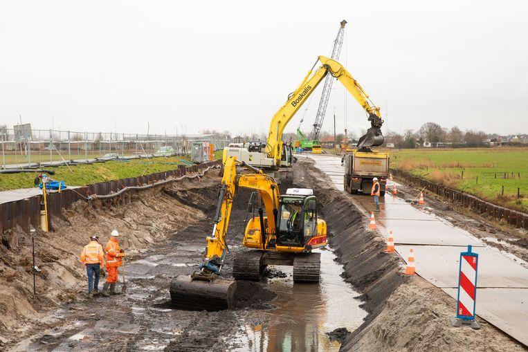 In februari is gestart met de sanering van een vervuilde dijk met thermisch gereinigde grond in Bunschoten. Kosten: ruim 32 miljoen euro.  Beeld Caspar Huurdeman