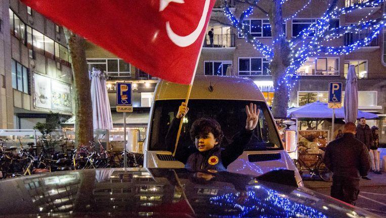 Turkse Nederlanders vieren in het centrum van Rotterdam de uitslag van het Turkse referendum. Beeld anp