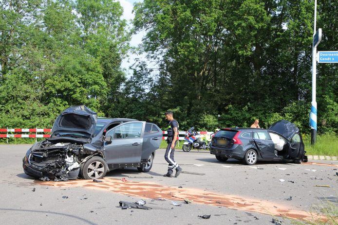 De auto's die bij het ongeluk betrokken waren in Doornenburg raakten zwaar beschadigd