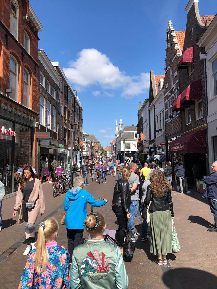 Winkelend publiek in de Langestraat.