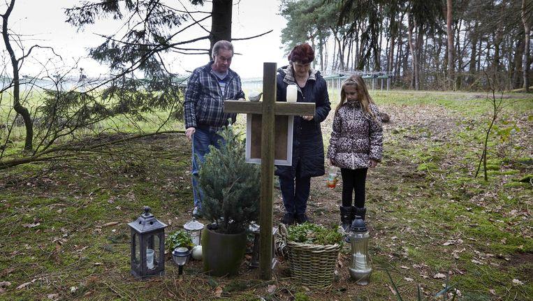 Bekenden van de vermoorde Nicole van den Hurk bij het monument aan de Mierloseweg tussen Mierlo en Lierop Beeld ANP