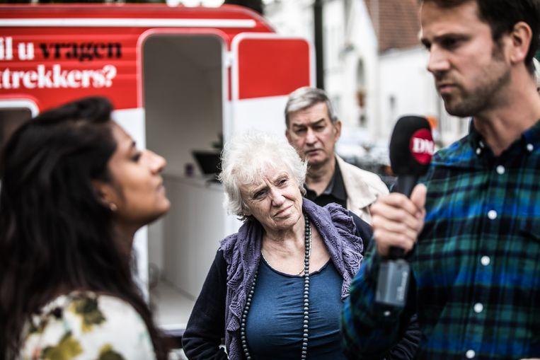 Jinnih Beels op bezoek in de DM caravan. Beeld Bas Bogaerts