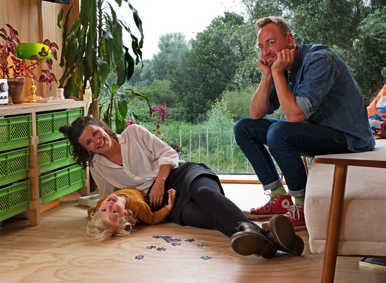 Minne, Elke en Tim Vermeulen in hun woonkamer op Minitopia. Room with a view!