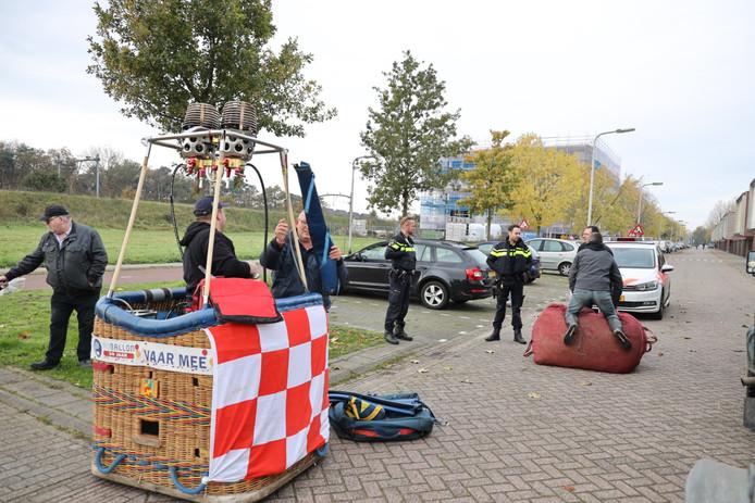 Een luchtballon landde naast een grasveldje in de woonwijk Reeshof. In de buurt van station Tilburg Reeshof.