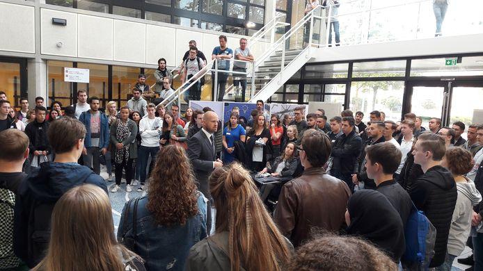 Directeur Roland van der Poel van de Associate degrees Academy spreekt de eerstejaars toe in de hal van de school in Roosendaal.