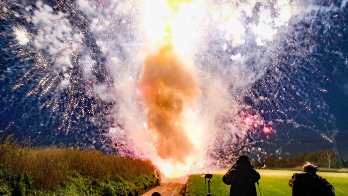 Een professioneel camerateam, ingehuurd door de Vuurwinkel, filmt het spectaculaire zicht.
