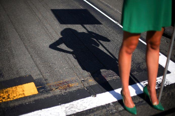Een gridgirl op het asfalst voor aanvang van de Grote Prijs van Australië.