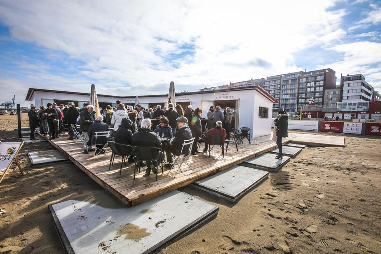 Het terras van URB SEA zit op de eerste dag al helemaal vol, met dank aan het lentezonnetje.