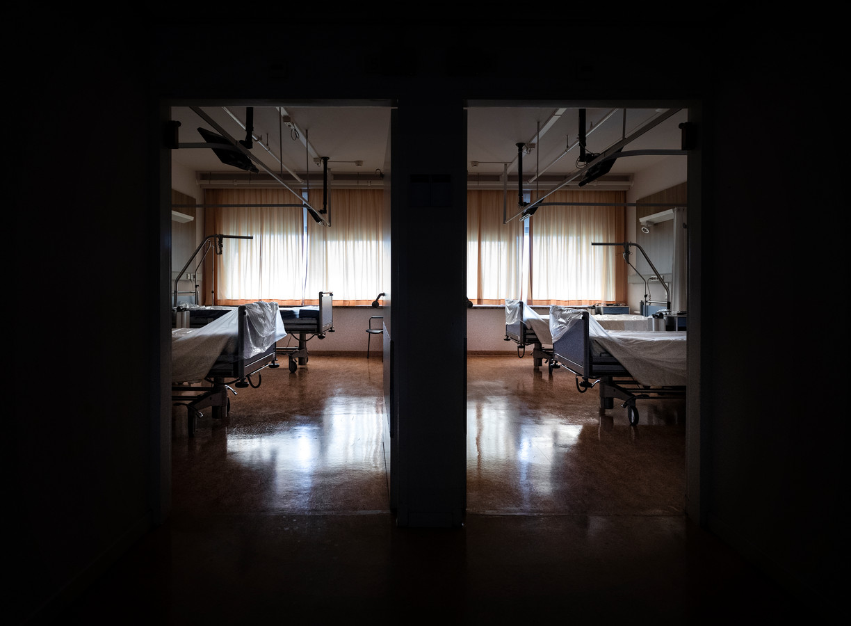Lege verpleegafdelingen en operatiekamers in het Máxima MC in Eindhoven.