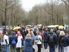 Zeker 1000 demonstranten wijken van Apeldoorn uit naar Baarn voor 'mars van menselijke verbinding'