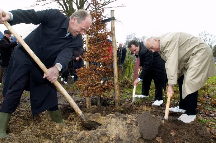 In 2007 nam burgemeester Yvo Kortmann (links), aan de zijde van minister De Jager (midden), de schop ter hand voor de aanleg van een Belastingbos op Landgoed 't Lot.