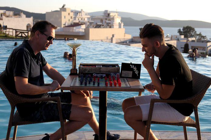 Anjo Travaille (links) op het WK in actie tegen de Griek John Vandoros.
