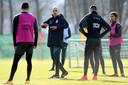 Thomas Letsch doceert op de training van Vitesse op Papendal.