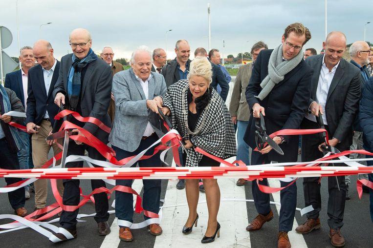 Burgemeester Leo van Tilburg, (links met sjaal) opende onlangs nog mee het eerste gedeelte van de nieuwe ring rond Baarle-Hertog.