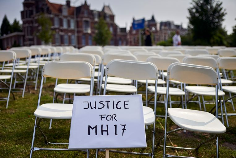 Nabestaanden van slachtoffers van de crash met vlucht MH17 hielden vorig jaar juni een stil protest voor de ambassade van Rusland. De groep zette 298 lege stoelen neer voor de ambassade, een voor elke inzittende van het vliegtuig. Beeld Phil Nijhuis