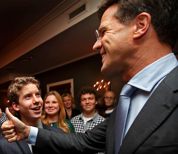 Mark Rutte met de bekende duim naar de jongeren van de jovd die hem bewonderend aankijken op bezoek in Zoetermeer