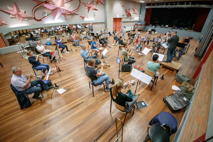 De eerste repetitie van harmonie St. Caecilia uit Hoeven. De orkestleden moesten wel de 1,5 meter afstand houden, maar hadden het geluk dat ze in de grote zaal van het Kompas kunnen spelen.