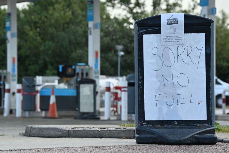 Een pompstation nabij Tonbridge in Zuidoost-Engeland waarschuwt bezoekers: 'Sorry, geen brandstof'.  Beeld AFP