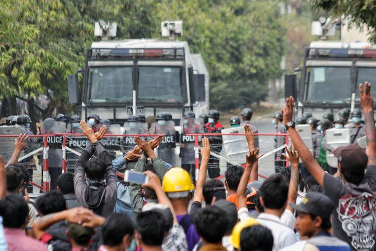 De tegenstanders van de coup willen dat regeringsleider Aung San Suu Kyi en haar medestanders worden vrijgelaten. Zij werden op 1 februari werden opgepakt na een staatsgreep door de militairen.  Beeld REUTERS