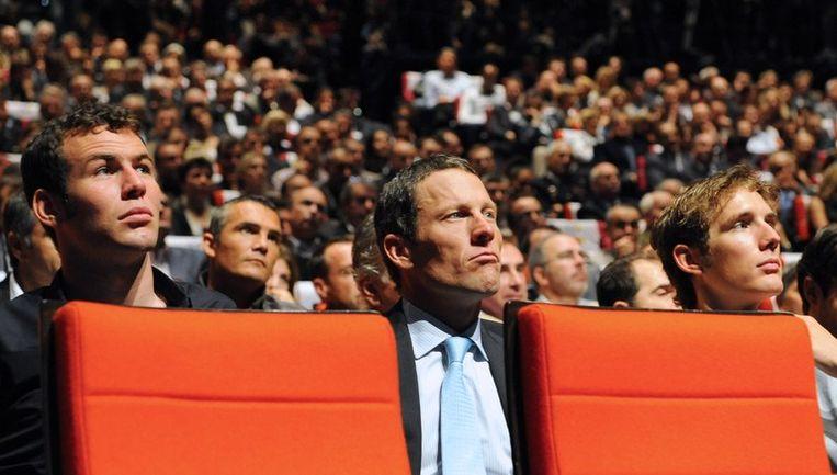 In de Parijse zaal keken onder meer Mark Cavendish, Lance Armstrong en Andy Schleck vol spanning toe. Beeld UNKNOWN