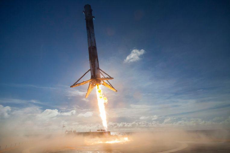 Een Falcon-draagraket landt op een platform in de Atlantische Oceaan op 27 mei 2016. Beeld AP