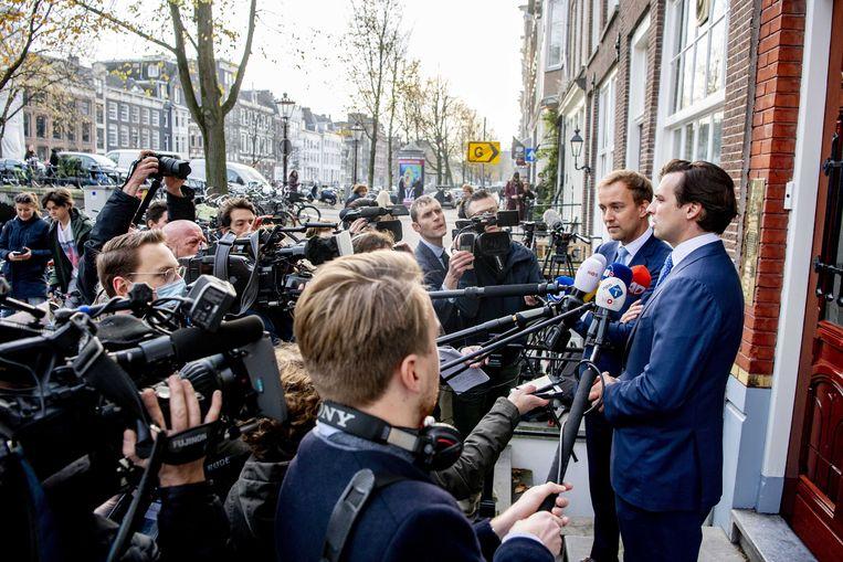 Thierry Baudet (rechts) en medebestuurslid Lennart van der Linden dinsdag in Amsterdam bij het partijkantoor van Forum voor Democratie. Baudet kan daar inmiddels niet meer naar binnen, omdat de sloten vandaag zijn vervangen. Beeld EPA