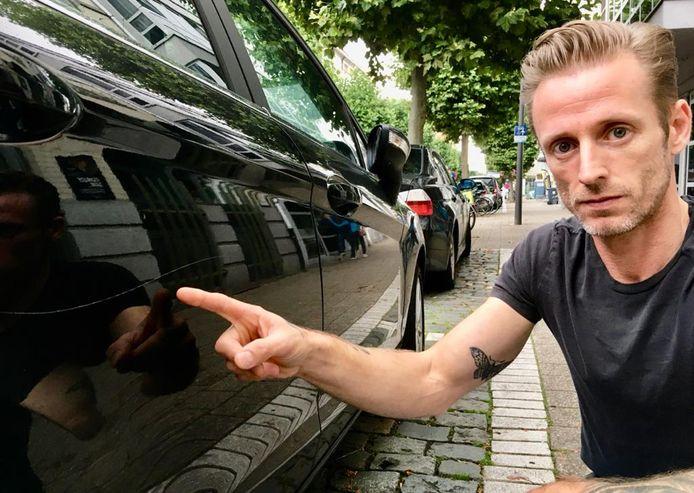 Franco De Marco toont de schade aan zijn auto.