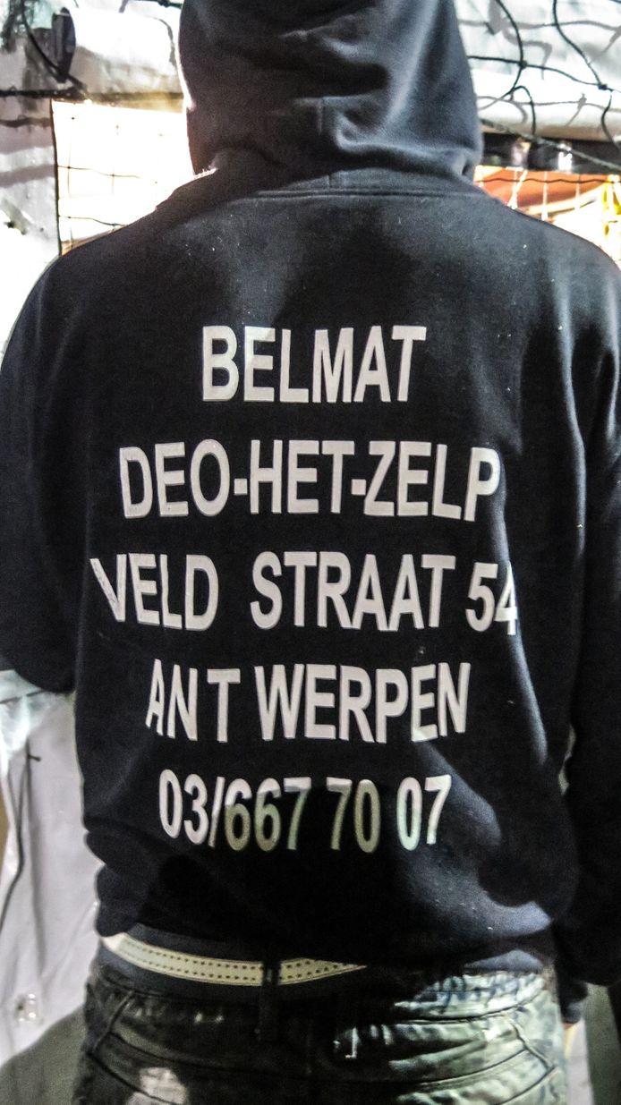 Het is duidelijk waarom deze hoodie bij de hulpgoederen is beland.
