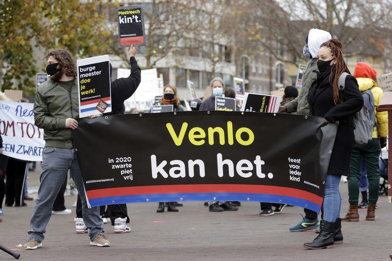 Demonstranten tijdens een protestactie van Kick Out Zwarte Piet (KOZP) tegen grijze piet. De grijze variant moet vanaf 2021 Zwarte Piet vervangen in Venlo. Voor KOZP zijn alleen roetveegpieten acceptabel. Beeld ANP