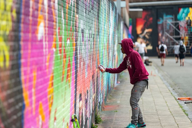 Een graffiti-artiest aan het werk in Berchem.
