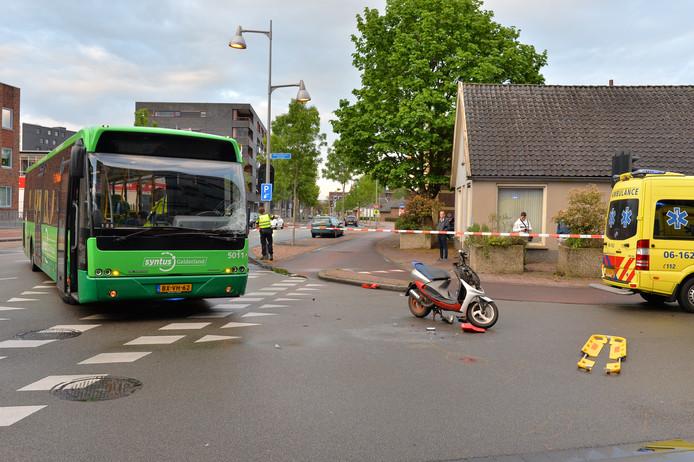 Lijn 5 is in Apeldoorn hard op een scooter gebotst.