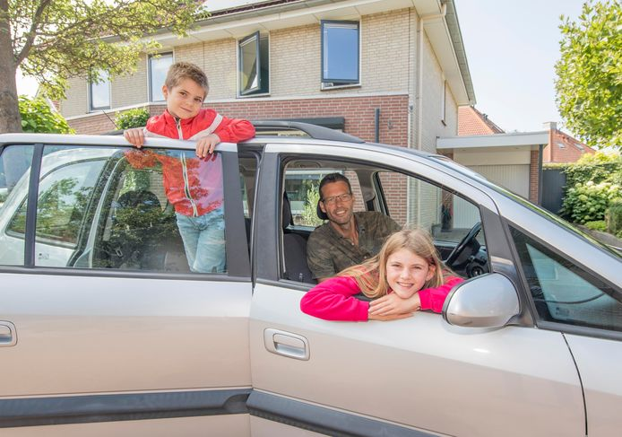 Sander Hoogewoning met kinderen Isa en Jaro in hun auto.