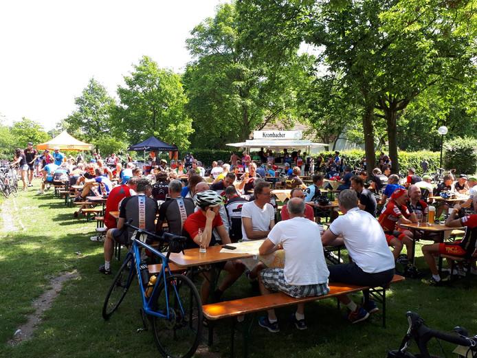 Uitrusten na 130 kilometer fietsen bij de Tecklenburg Rundfahrt van de Nijverdalse fietstoerclub CC '75.