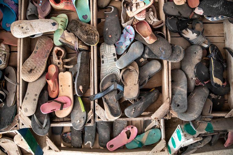 Van de 'gevonden voorwerpen' van de migranten die hij langs de kust heeft verzameld maakt Mohsen Lihidheb kunstwerken.  Beeld Sven Torfinn / de Volkskrant