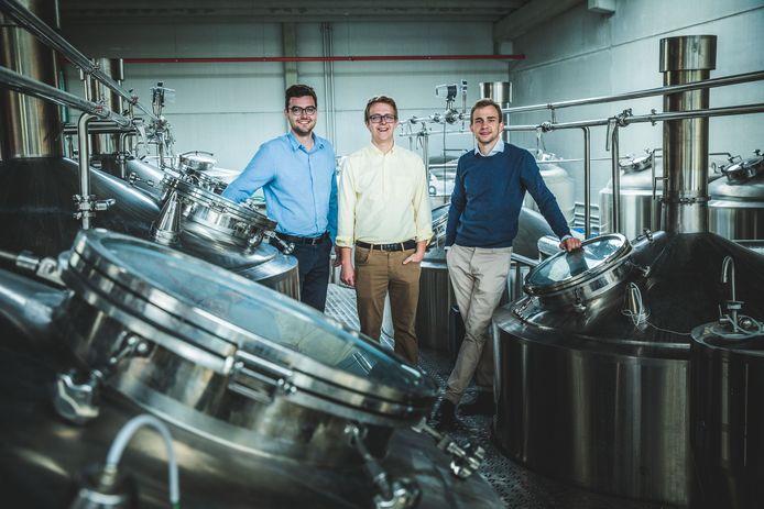 Vlnr.: Miel Bonduelle, Wout Meuleman en Kasper Peeters in hun brouwerij in de Poortakkerstraat.