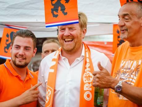 Ministers: Koning had coronaregels niet moeten negeren tijdens bezoek aan 'Oranjestraat'