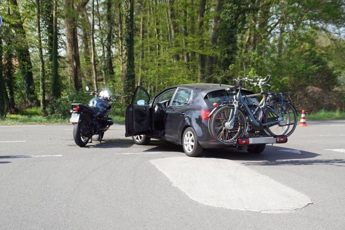 Ter plaatse bleek er een ongeval te zijn gebeurd tussen een auto en een motor. De auto wilde van de Bataafseweg de Kottenseweg oprijden en zag daarbij de Duitse motorrijder van links over het hoofd door de vele zon. De motorrijder is met onbekend letsel naar het ziekenhuis overgebracht. Het verkeer vanuit Duitsland richting Winterswijk word over de parallelweg geleid het verkeer heeft veel last van het ongeval. De inzittende van de auto zijn flink geschrokken en zijn niet gewond geraakt. De auto en de motor zijn flink beschadigd geraakt en moeten worden afgesleept door een bergingsbedrijf.