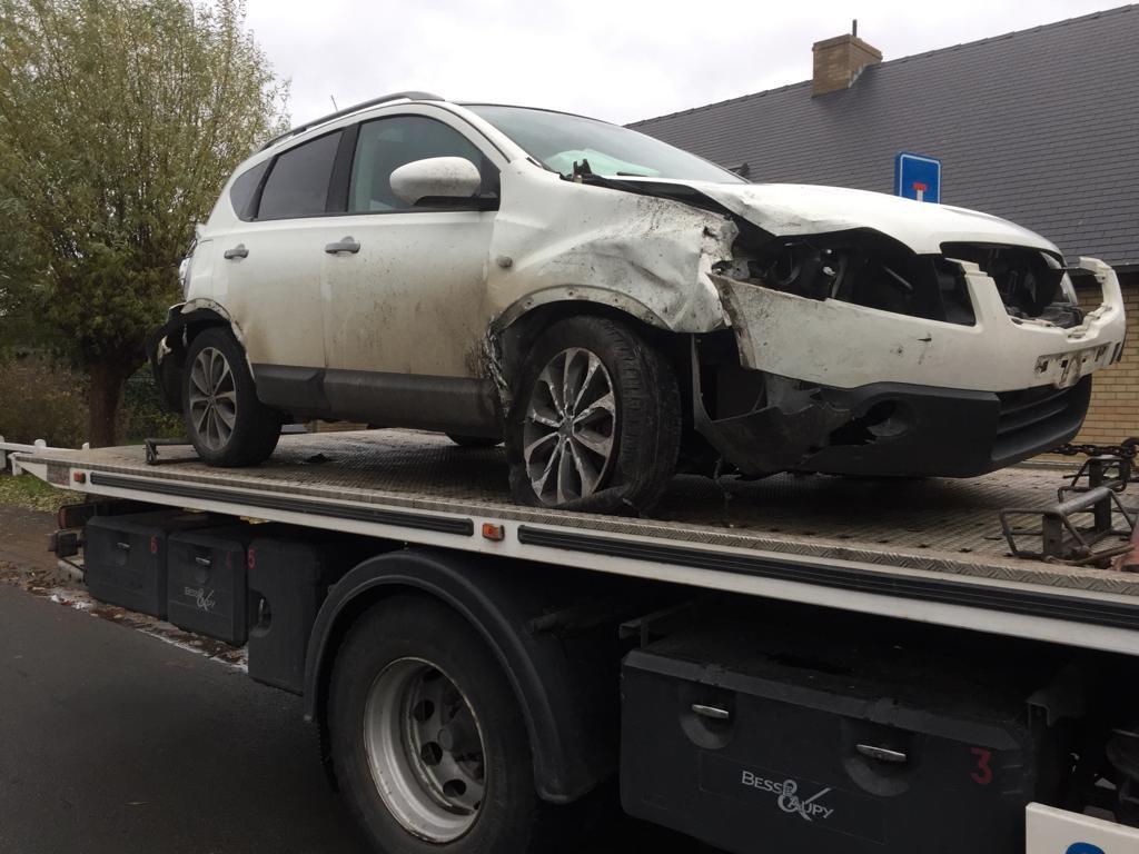 Het voertuig raakte zwaar beschadigd. Hier op de takelwagen.