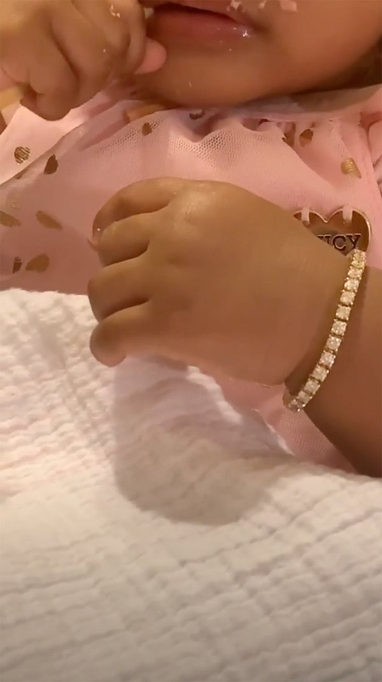 Kulture met een van haar nieuwe diamanten armbandjes