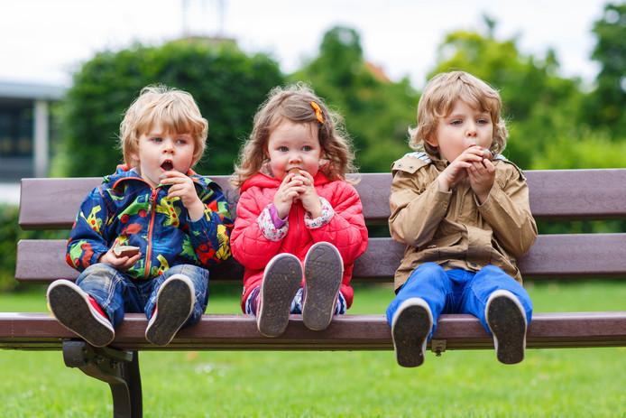 Drie kinderen op een bankje