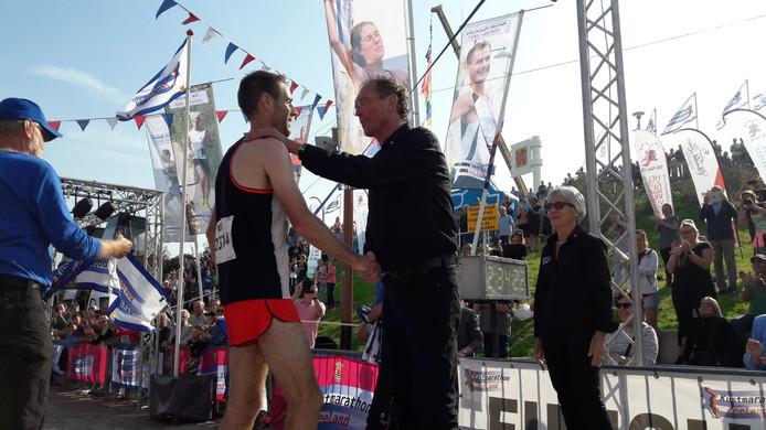 Lein Lievense (rechts) feliciteert winnaar Willem Van Schuerbeeck.