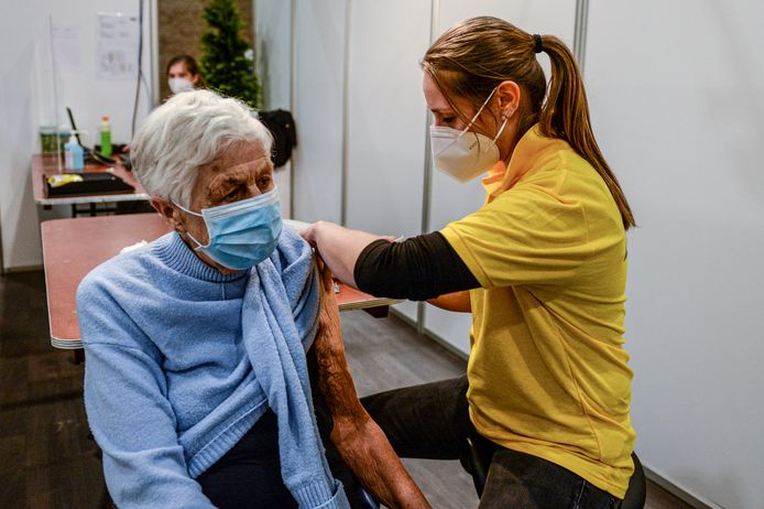 Zeker oudere mensen kunnen wel wat ondersteuning gebruiken bij de vaccinatie.