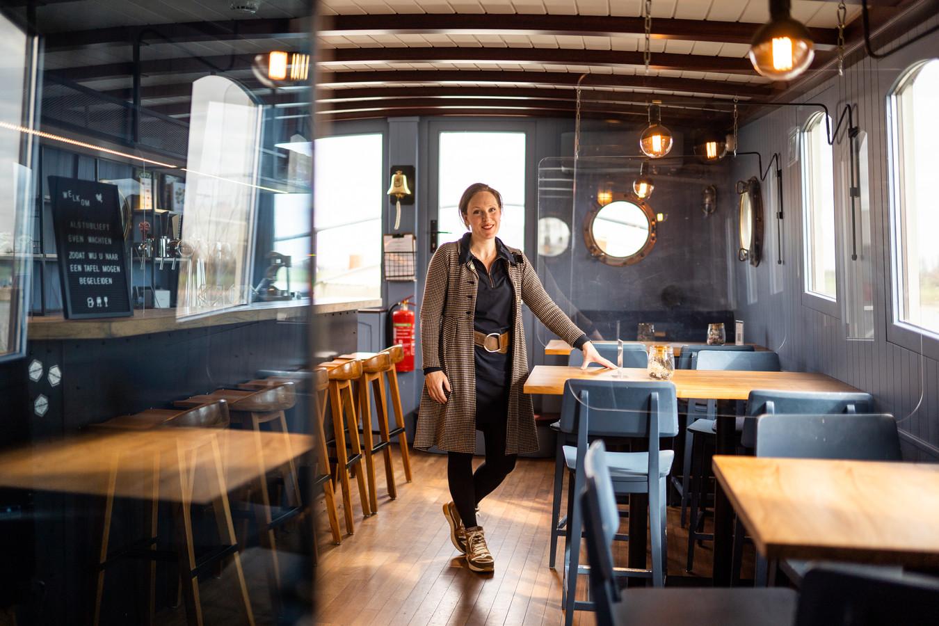 Nelke Schraven in haar restaurantschip ByWillem dat zeker tot maart blijft gesloten. Foto: Rolf Hensel.