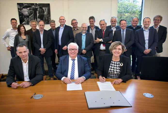 Het begin van de Economische Koepel Halderberge in 2017 met in het midden Henk Strootman en rechts burgemeester Jobke Vonk-Vedder.