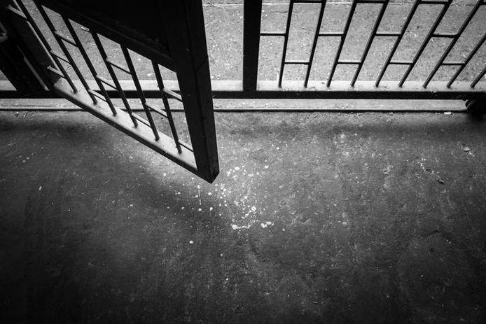 De fradeur mocht tijd buiten de gevangenis doorbrengen en woonde in een hotel, waar hij zijn fraudepraktijken ongehinderd voortzette.