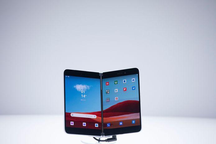 De Microsoft Surface Duo tijdens een presentatie oktober vorig jaar, in New York City.