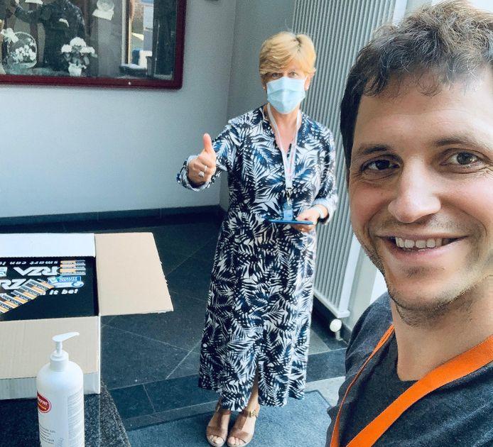 Schepen Maurits Vande Reyde en schepen Monique De Dobbeleer zijn blij dat ze 18 tablets mochten geven aan de bewoners van de woonzorgcentra en een centrum voor personen met een beperking.