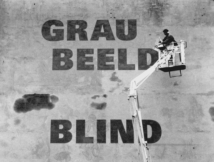 De Eindhovense kunstenaar Domien Coppelmans schildert de tekst van Rémy Zaugg op de zijgevel, 1996